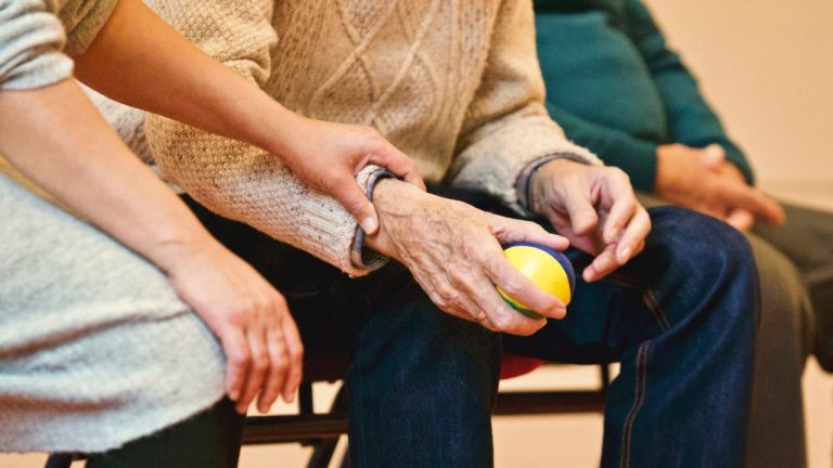 Persones Grans a 5 Serveis Assistència Sanitària a Domicili